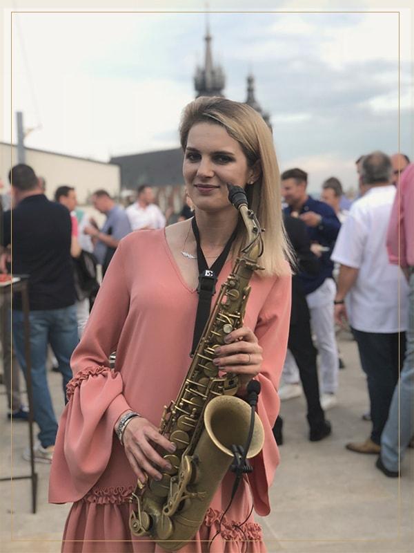Niezwykła saksofonistka na imprezę!